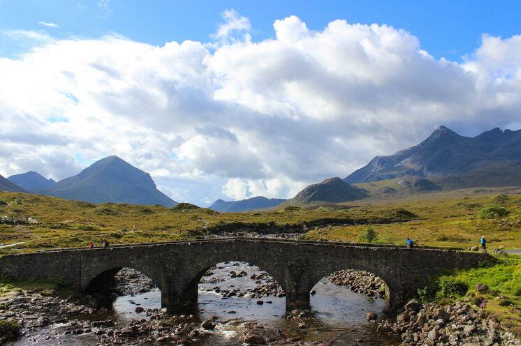 Immer wieder kreuzen Sie auf alt ehrwürdigen Brücken die Flußläufe durch die Cuillins