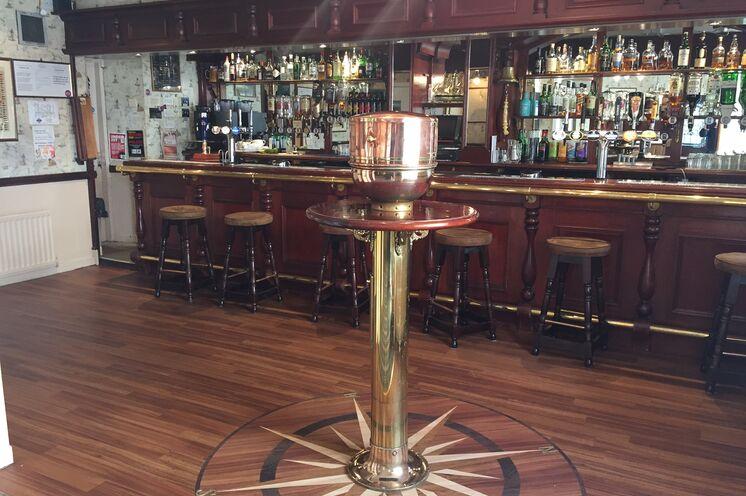 ... und lassen im hauseigenen Pub bei Ale und Whisky die Eindrücke des Tages Revue passieren