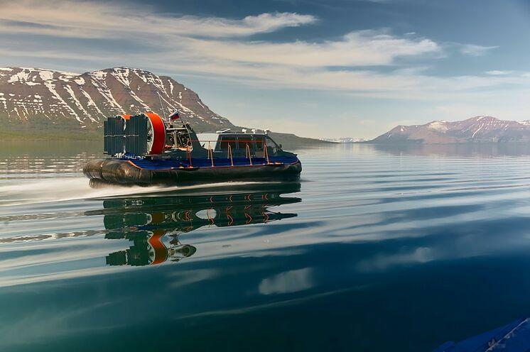 Mit dem Luftkissenboot über Seen zu Ihrer Unterkunft am Plateau