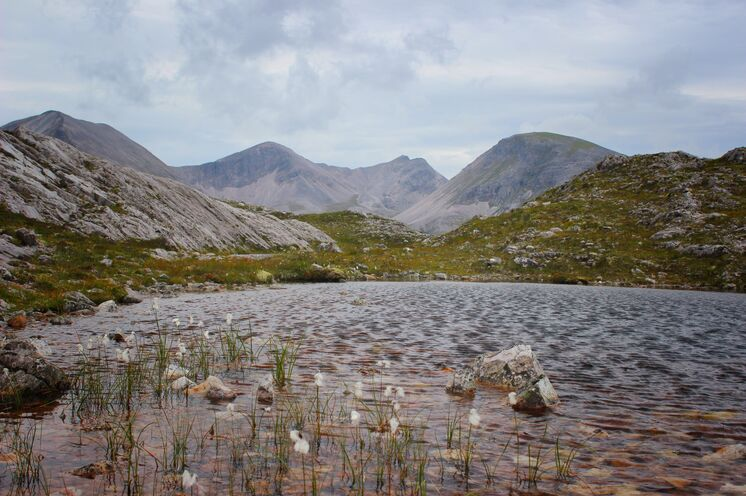 Kaum eine Frage der Zeit, bis Sie einen der 6000 Flüsse oder Seen, den sogenannten Lochs, begegnen. Von diesen Lochs – kleiner oder größer - prägen etwa 30000 die typische Landschaft Schottlands