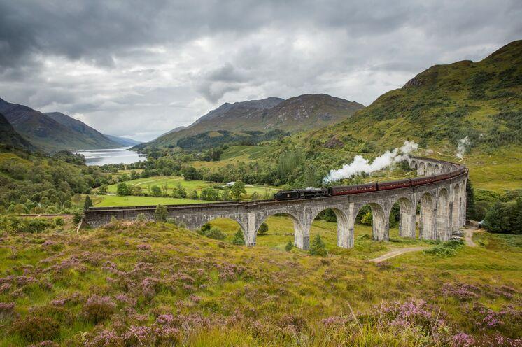 Oder Sie unternehmen eine Zugfahrt durch die Highlands mit der nostalgischen Dampflok des Jacobite Trains, bei der Sie auch das alt-ehrwürdige Glenfinnan Viadukt passieren.  Copyright VisitScotland