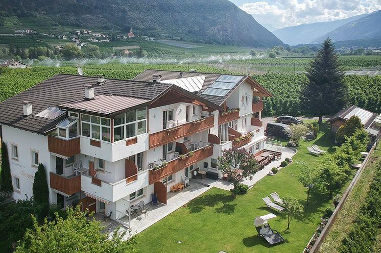 In dieser Familiengeführten gemütliche Pension vom Markus Gluderer in mitten einer Südtiroler Apfelplantage werden Sie übernachten.