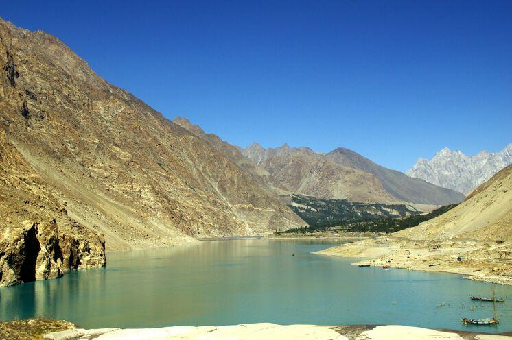 Auf dem Weg ins obere Hunza-Tal passieren Sie den Attabad Lake