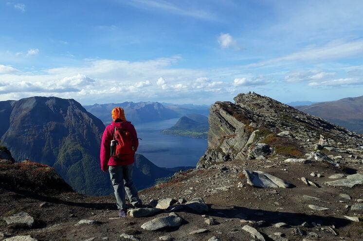 Trolle, Berggipfel und herrliche Aussichten! Im Tal Romsdalen sind nicht nur einige der höchsten Berge Norwegens, sondern auch viele Attraktionen wie die Raumabahn, Trollstigen, Trollveggen und der Berggrat Romsdalseggen