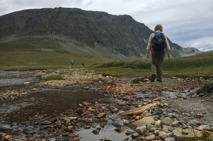 Am Fuße von Innerdalen glitzert das kristallklare Wasser und von den Geltschern stürzen Bäche und kleinere Flüsse ungestüm ins Tal.
