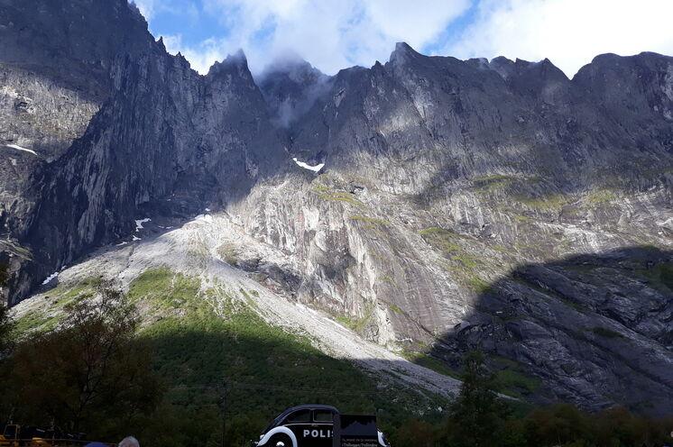 """Die Felswand Trollveggen (dt. """"Trollwand"""") ist Europas höchste Steilwand mit 1700m. Eine von unzähligen unfassbaren Kulissen, die Sie an Ihrem freien Tag bestaunen können"""