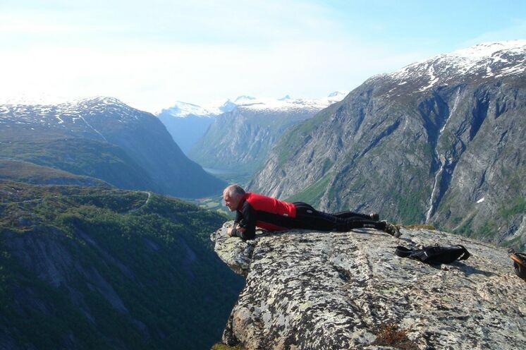 Er sieht etwas, was Sie (noch) nicht sehen! Der gewalltige Sturz des vierthöchsten Wasserfalls der Welt - der  Mardalsfossen aus 705m Höhe!