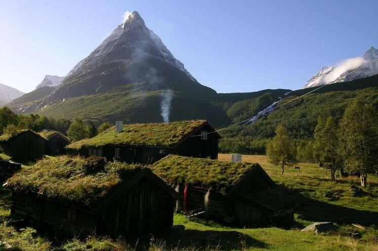 """Vielfach als """"das schöneste Tal Norwegens"""" bezeichnet - und dem werden Sie zustimmen, nachdem Sie diese entlegene Bergsenke durchwandert und eine Nacht auf dieser idyllischen Sommer-Farm verbracht haben."""