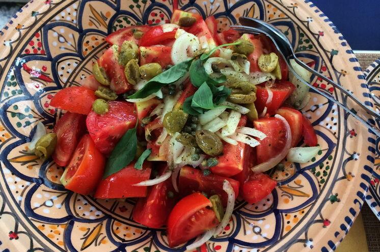 ein Muss auf Salina: Sizilianischer Tomaten-Kapern-Salat