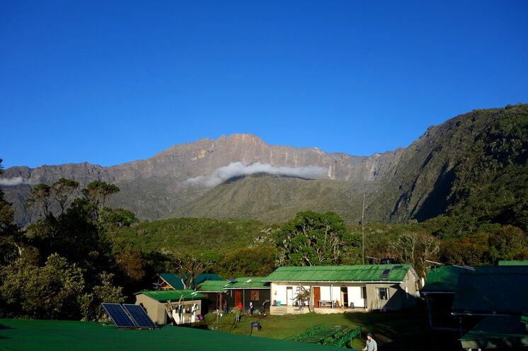 Sie übernachten in rustikalen Berghütten mit grandiosem Ausblick gen Mt. Meru und Kili