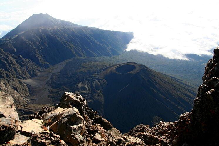 """Auf dem Weg zum Gipfel (""""Socialist Peak"""") zeigt sich der berühmte """"Ash Cone"""""""