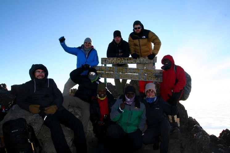"""Glückliche Gipfelstürmer: Beim Mt. Meru besteigen Sie 2 Gipfel (""""Little Meru"""" & """"Socialist Peak""""), die Sie meist allein genießen können"""