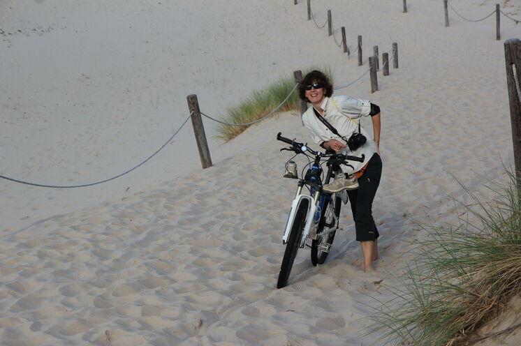 Stattdessen haben Sie die Wahl: auch mal das Rad schieben und an einsamen Stellen weiterfahren - oder Fahrrad (sicher!) abstellen und zu Fuß...