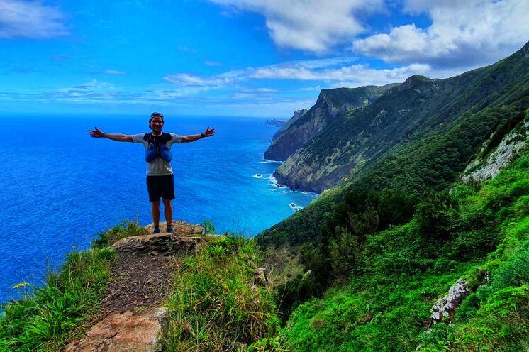 Die Berge und das Meer, sowie traumhafte Vegetation, gutes Essen und freundliche Menschen bestimmen den Reisealltag