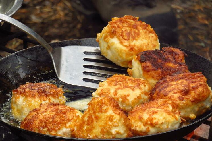 Kochen am offenen Feuer und Essen im Freien