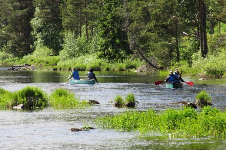 Die Region strotzt nur so vor Seen und Flüssen, die mit Boot und Paddel erkundet werden wollen