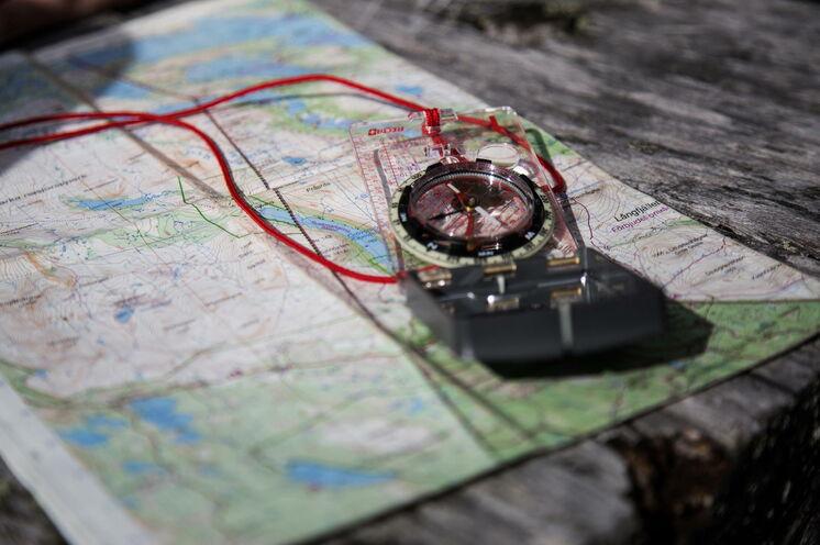 Wandern mit Karte und Kompass