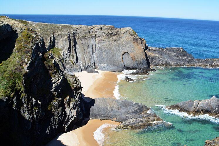 Steile Klippen und traumhafte Buchten sind charakteristisch für die wilde und einsame Südwestküste