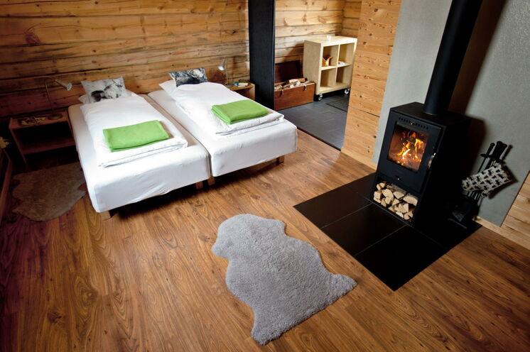 Gemütlich lebt es sich im typisch schwedischen Blockhaus (Timmerhus), welches zwei Schlafplätze und ein eigenes Bad mit Dusche und WC bietet