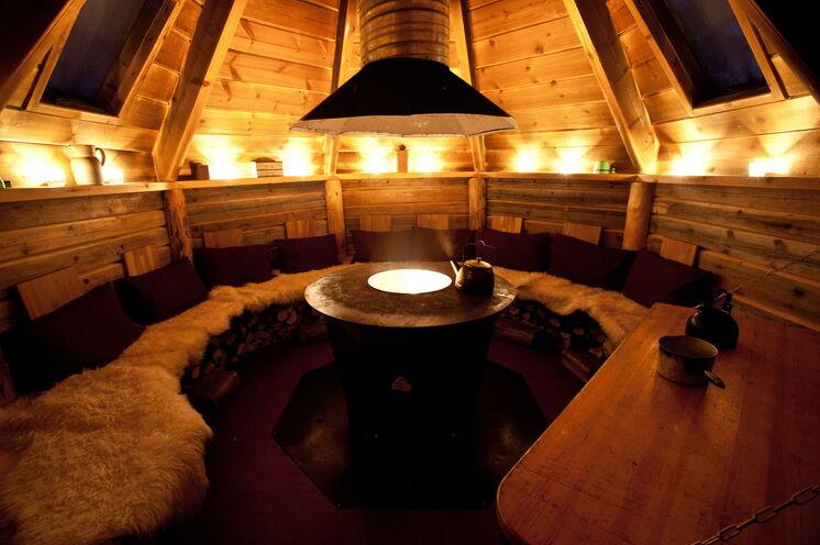In der gemütlichen Samenhütte, der Kåta, genießen Sie ein feines Drei-Gänge-Menü aus lokalen Spezialitäten
