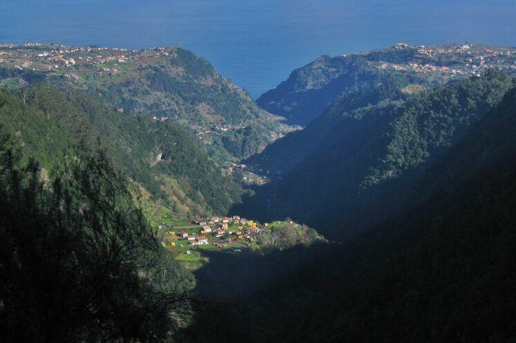 Der kleine Ort Ilha liegt wie ein Insel inmitten der Berge