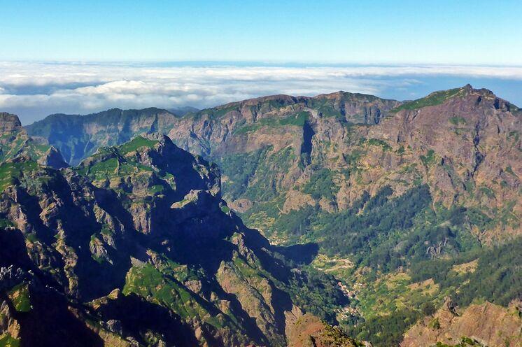 Blick vom höchsten Inselberg Pico Ruivo in das Nonnental