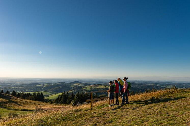 """Beim Blick von den Gipfeln der Rhön wird deutlich, warum man die Region """"Das Land der offenen Fernen"""" nennt (Foto: Wolfgang Fallier)"""