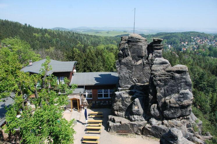 Unweit von Jonsdorf bietet der Nonnenfelsen neben einer grandiose Aussicht auch eine Einkehrmöglichkeit