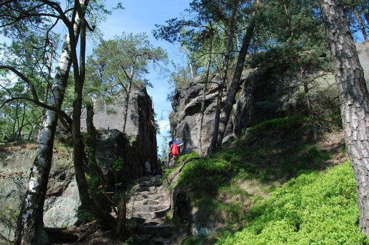 Über Steige und Pfade führt Sie der Weg durch Felsengassen zu neuen Höhepunkten