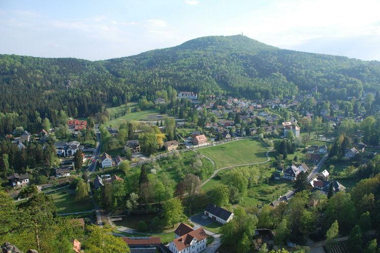 Vom Kurort Oybin blicken Sie auf den Hochwald, der von einem Aussichtsturm überragt wird und dessen Bergbaude zu einer Rast während Ihrer Wanderung einlädt