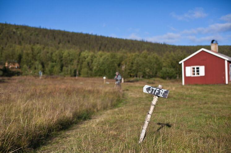 Sie übernachten in urigen Hütten des Schwedischen Wandervereins, fern des Massentourismus