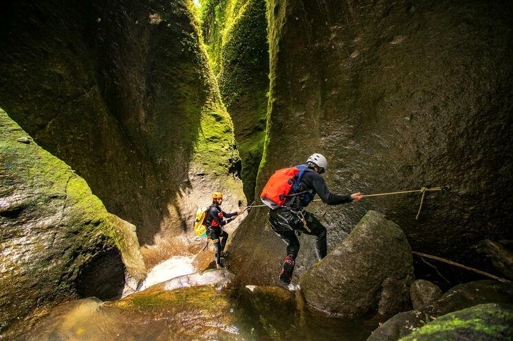 Beim Canyoning steigt das Adrenalin. Nach einer ausführlichen Einweisung ist die Tour auch ohne Vorkenntnisse für jeden geeignet. Bild: Copyright DDA