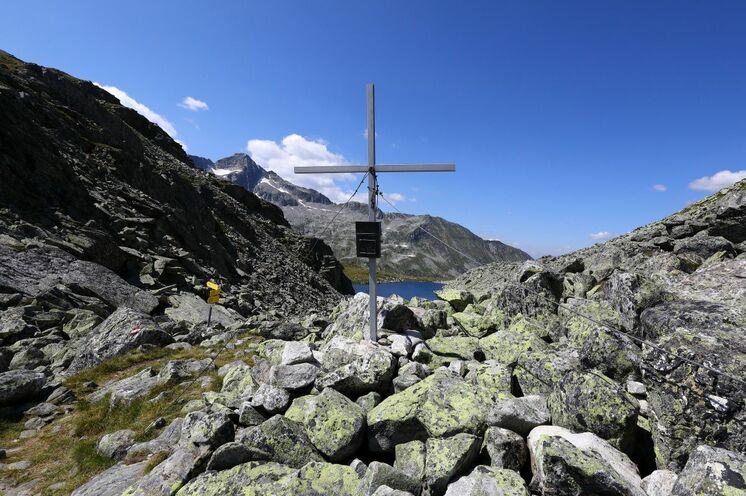 Gipfelkreuze verschiedenster Arten zieren die höchsten Plätze