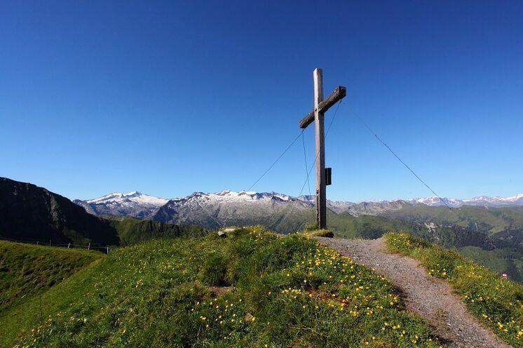 Auf dem Weg zur Tappenseekarhütte liegt liegt der Gipfel des Kreuzecks (2205 m) zum Greifen nah. Je nach Kondition und Leistungsstärke haben Sie die Möglichkeit, ihn eventuell als Zugabe zu besteigen.
