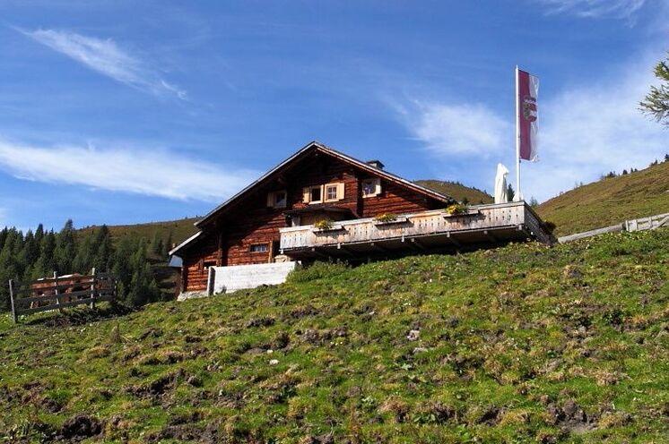 Auf dem Rückweg vom Trappenkarsee lädt an der Draugsteinalm die Steinmannhütte zum Verweilen ein