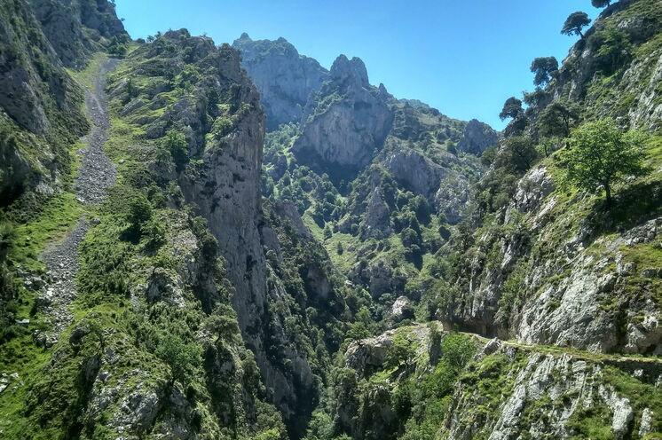 """Der Cares-Trail wird aufgrund seiner spektakulären Wegführung als """"Juwel in der Krone spanischer Wanderwege"""" bezeichnet."""