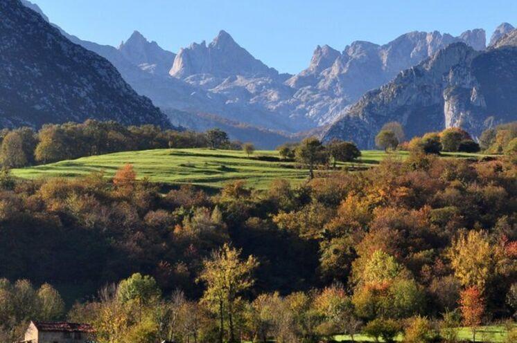 Der Torre de Cerredo ist mit seinen 2648 m der höchste Gipfel des Gebirgsmassivs Picos de Europa sowie des gesamten Kantabrischen Gebirges. Während Ihrer Wanderungen haben Sie ihn stets im Blick, und sogar vom Hotel  können Sie sich am Blick auf den Torre de Cerredo erfreuen.