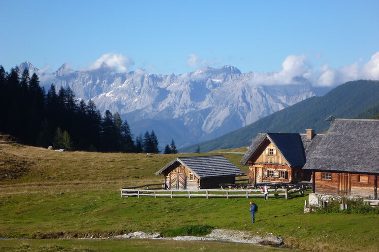 Schon zu Beginn Ihrer Trekkingtour werden Sie mit einer herrlichen Aussicht auf das Dachsteinmassiv belohnt (Foto: R. Schönsee)