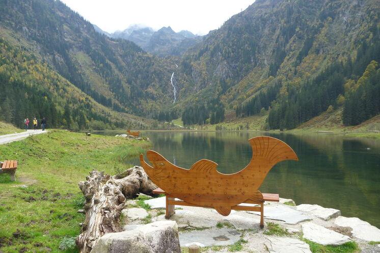 """Hier am steirischen Bodensee endet Ihre Trekkingtour. Die hier gezüchteten Forellen können Sie sich im Restaurant nebenan schmecken lassen ... ebenso wie einen """"Verlängerten"""" oder so manch anderes Schmankerl."""