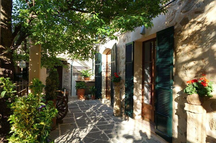 Jedes Zimmer der Pension in Deià verfügt über eine Terrasse, täglich verschönt durch das Licht der unter gehenden Sonne.