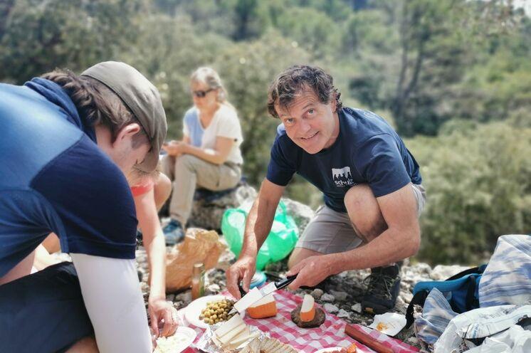 Bergführer Salvador bei der Offerte des mallorquinischen Picknick, täglich mit anderen Naturprodukten der Balearen.