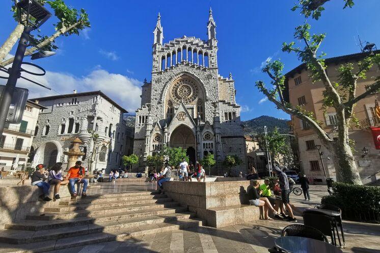 Sóller, eine kleine, typisch mallorquinische Stadt, ist Ihr zweiter Standort. Ihr Hotel befindet sich gleich hinter der Kirche in ruhiger Lage.