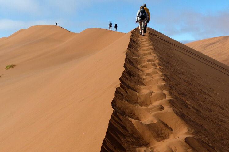 In den Morgenstunden des erklimmen Sie eine der bekanntesten Sanddünen von Sossusvlei (7. Reisetag)