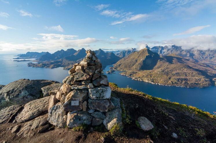 Blick vom Gipfel des Stortinden über den Raftsund und die Lofotenkette