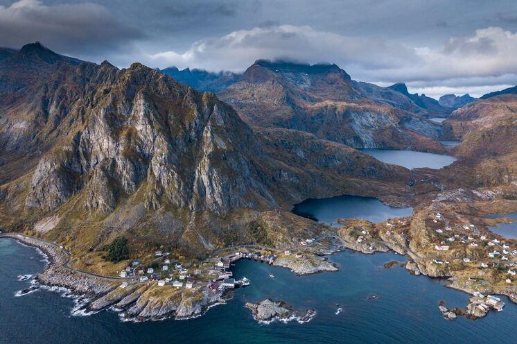 Blick auf das Fischerdorf Sorvagen und in Richtung Munkebu-Hütte (Moskenesøy)
