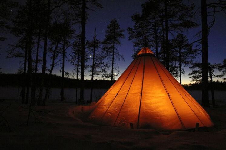 Wildromantisch: Einmal übernachten Sie im beheiztem Lavvu (Zelt)