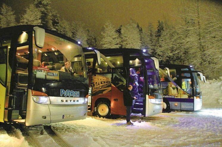 Riesenvorteil: Unsere Busse stehen am Lauftag direkt am Startgelände und sind bis zum Start vor Ort, ideal um sich immer wieder aufzuwärmen