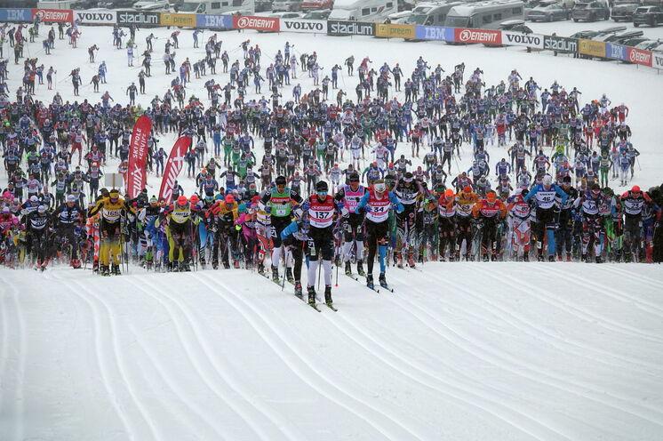 Kurz nach dem Start wartet der berüchtigte erste Berg, ein ca. 2 km langer Anstieg
