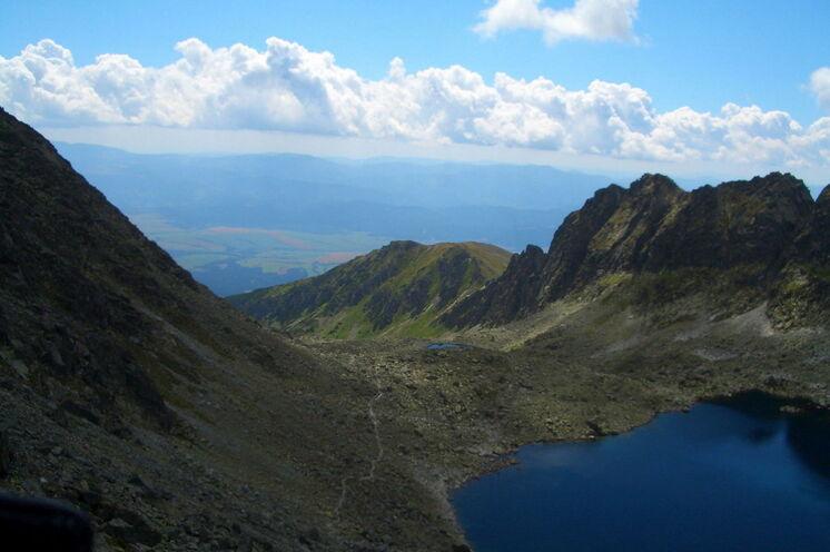 Gewaltige Berge und schöne Seen begleiten Sie auf Ihren Wanderungen