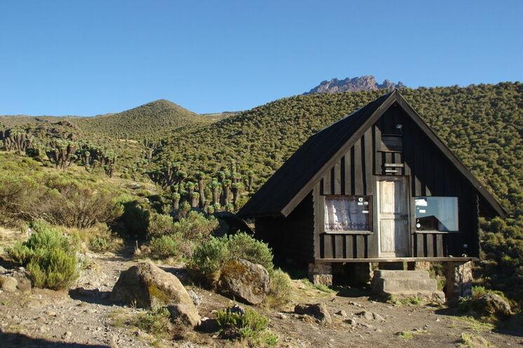 Sie haben die Wahl zwischen Übernachtung in rustikalen Hütten (wie hier Horombo Hut auf 3790m)...